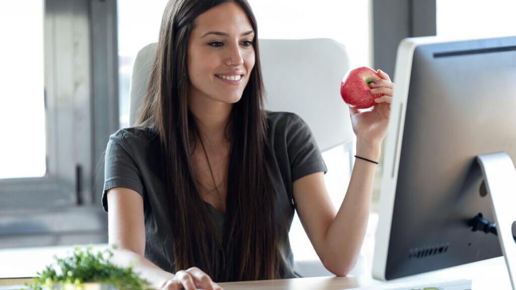 Ein Obstkorb schafft eine lockere Atmosphäre am Arbeitsplatz
