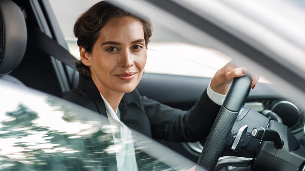 Frau auf dem Weg zur Arbeit mit Auto