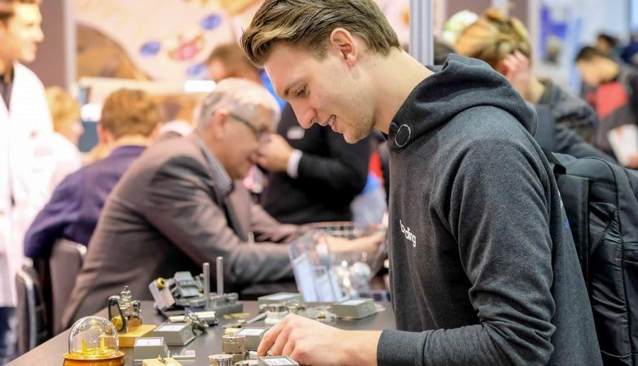Auf der KarriereStart in Dresden gibt's Einblicke in unterschiedlichste Berufe: hier zeigt ein Uhrmacher sein Handwerk.