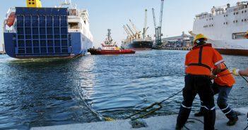Festmacher helfen Seeschiffen beim Anlegen