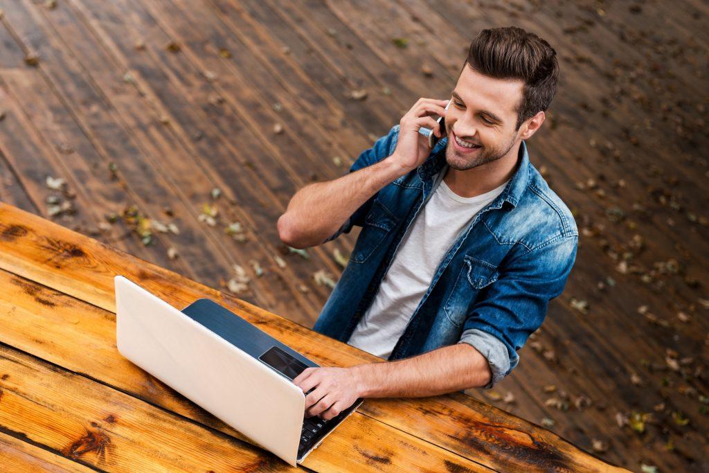 Wie nimmst du Kontakt mit einem möglichen Aussteller auf?