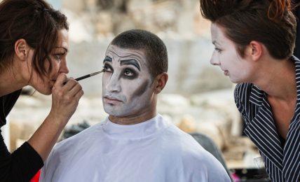 Maskenbildner verwandeln Menschen äußerlich