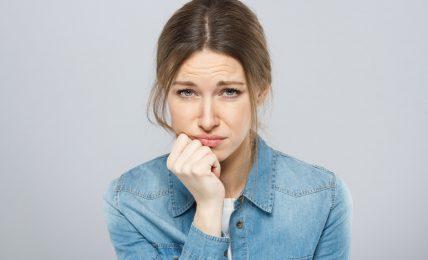 hochstapler syndrom im job; frau mit selbstzweifeln