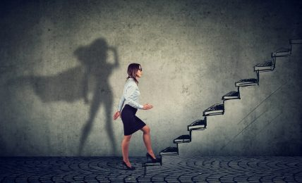 Karrierechancen für Frauen; Geschäftsfrau steigt die Karriereleiter empor