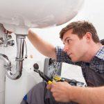 Hausmeister bei der Reparatur