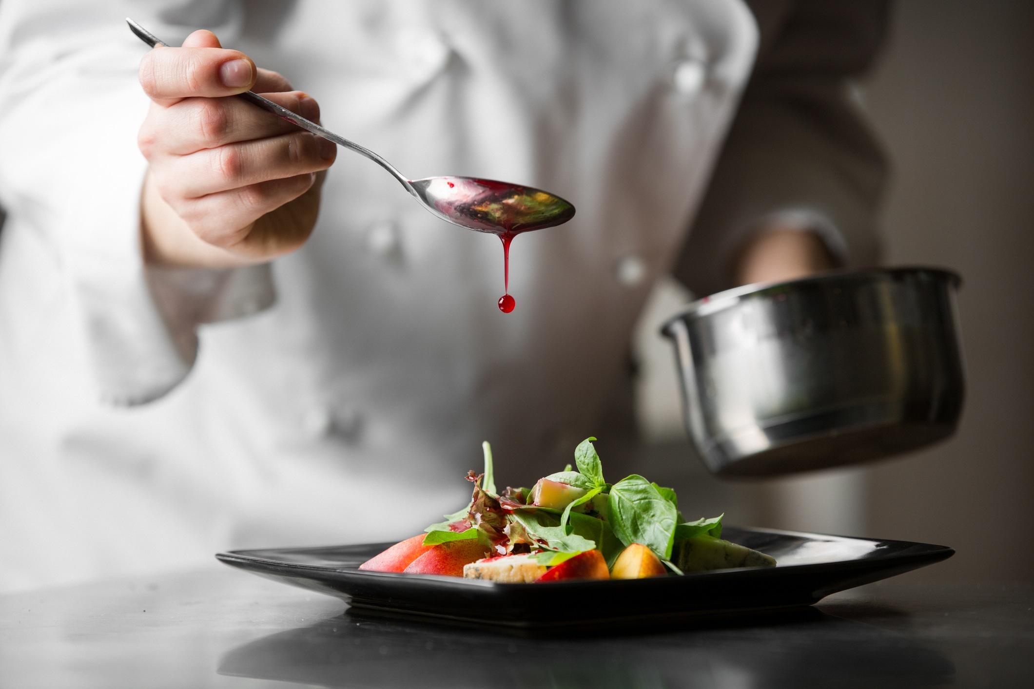 Koch bei der Zubereitung einer Speise