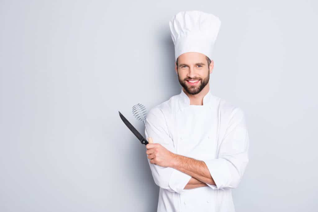 Koch im typischen Outfit