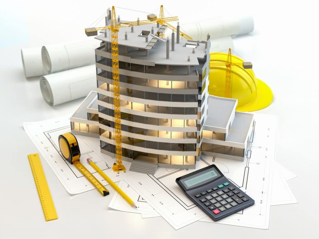 Berufsutensilien eines Bauingenieurs: Taschenrechner, Baupläne, Bauarbeiterhelm, Meterstab, Kran, Hochhaus