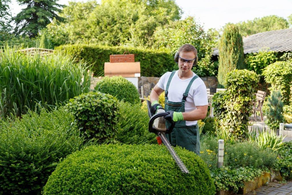 Gärtner bei der Gartenarbeit