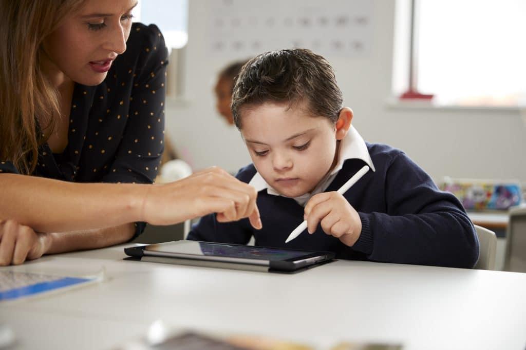 Heilpädagoge mit einem Kind