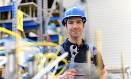Industriemechaniker mit Schraubenschlüssel
