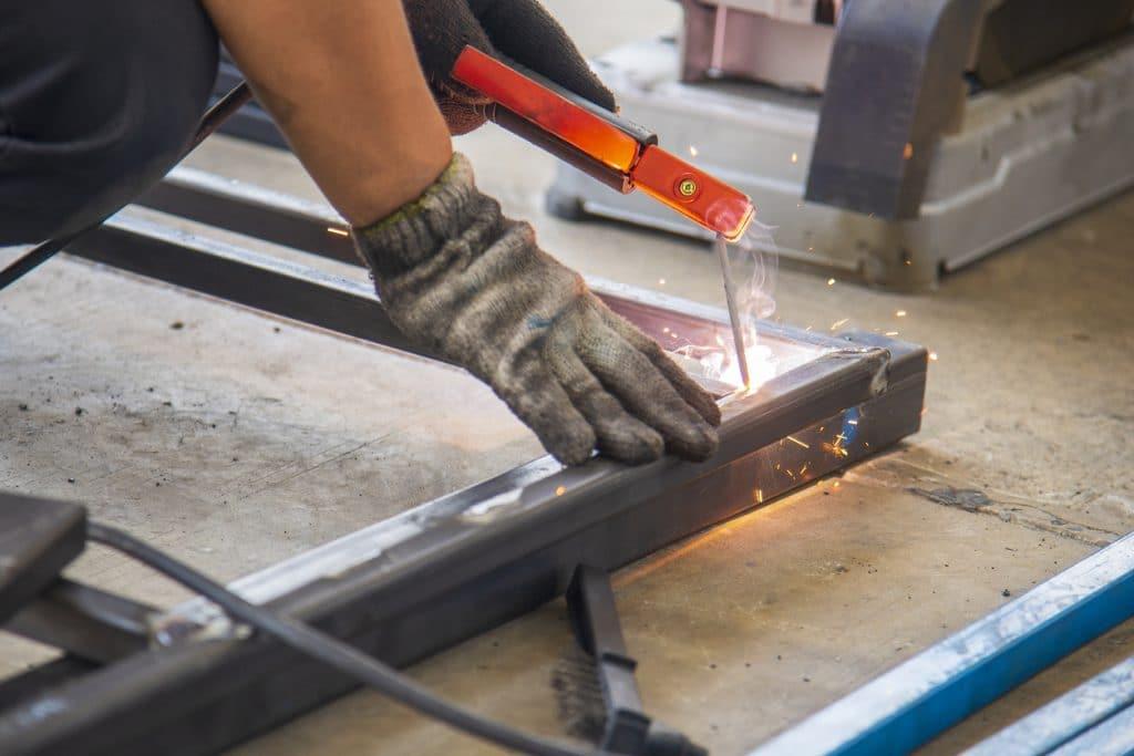 Industriemechaniker beim Schweißen eines Metallrahmens