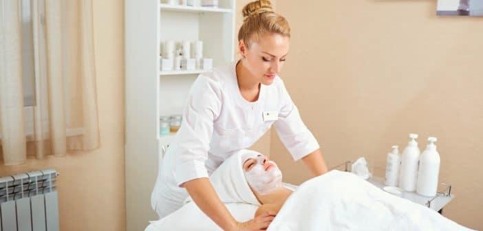Kosmetikerin bei der Behandlung einer Kundin