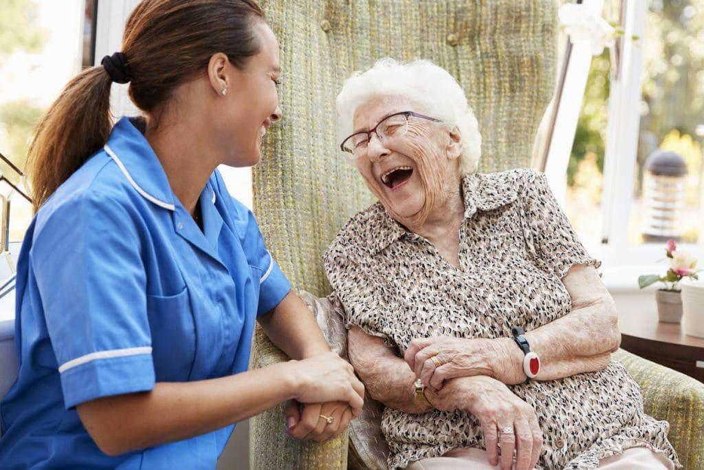 Pflege; Berufsbild; Altenpflegerin im Gespräch mit Seniorin