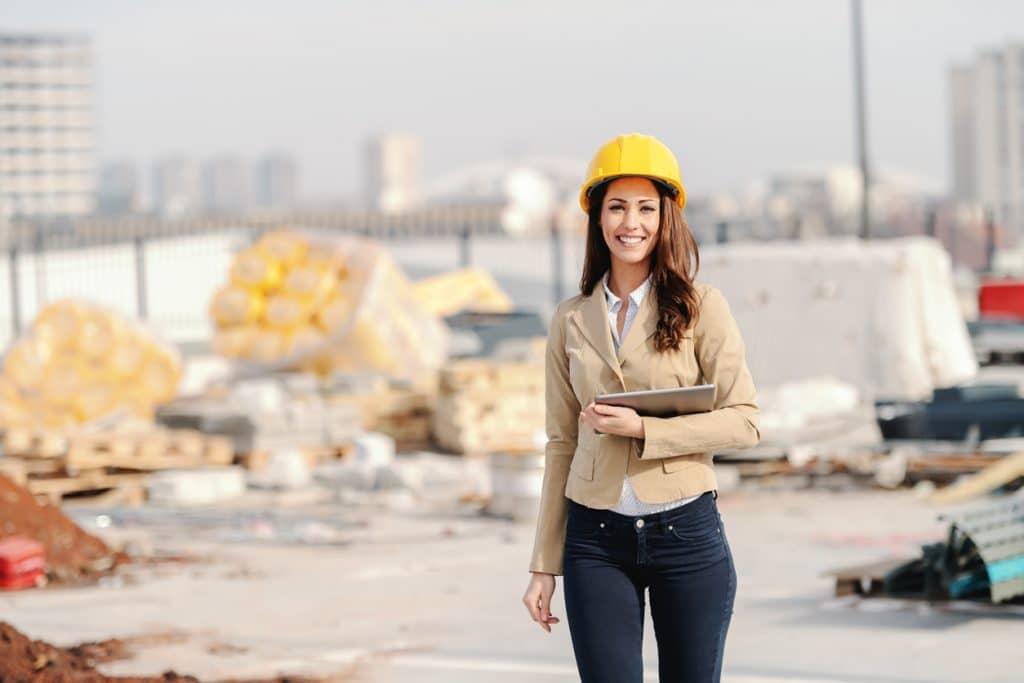 Architekt; junge Frau mit Schutzhelm