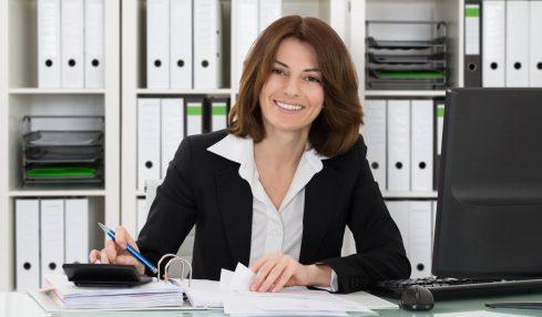 Buchhalter; Berufsbild; Frau am Schreibtisch