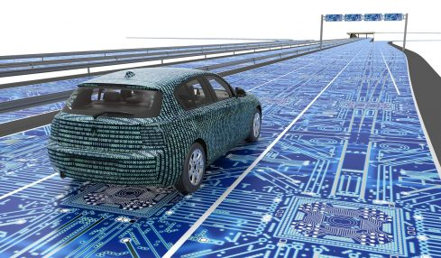 Elektrotechniker autonom fahrendes Auto auf Platine