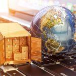 Logistik: Weltkugel und Pakete auf Tastatur