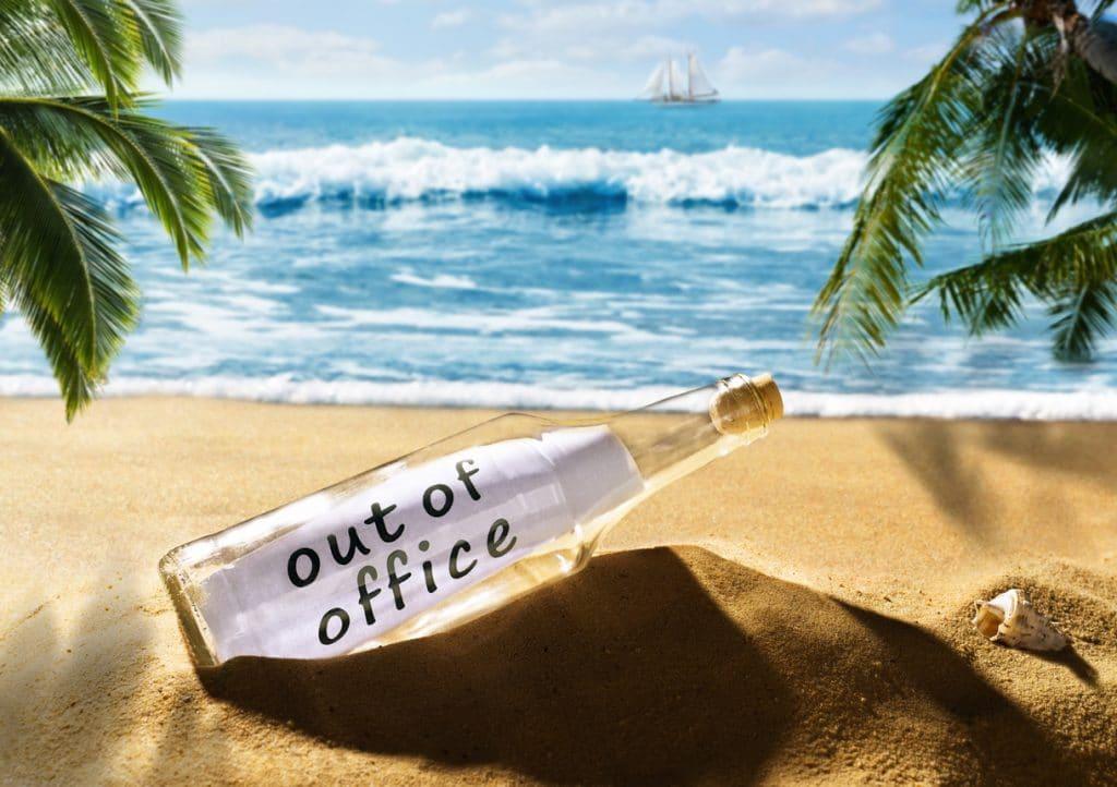 """Sabbatical Strand mit Flaschenpost Aufschrift """"out of office"""