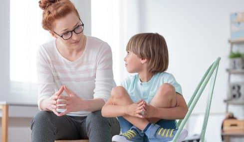 Sozialpädagoge im Gespräch mit Kind