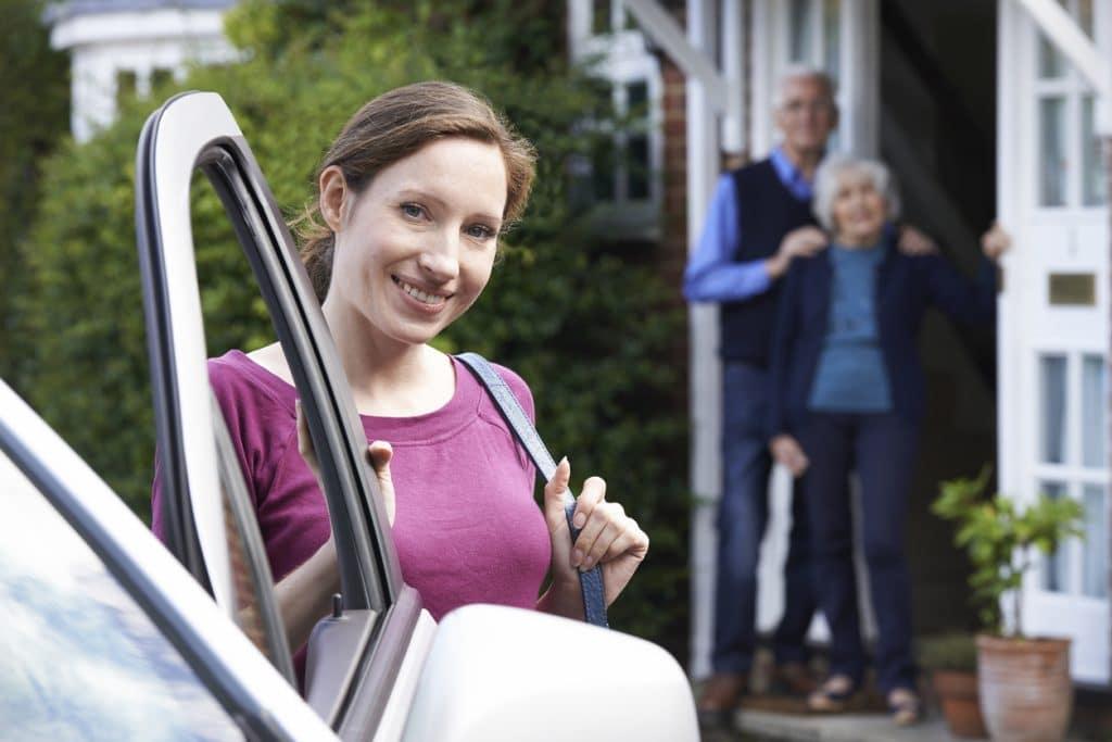 Sozialpädagogin steigt in Auto ein