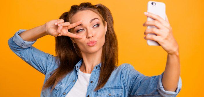 Junge Influencerin posiert für Selfie