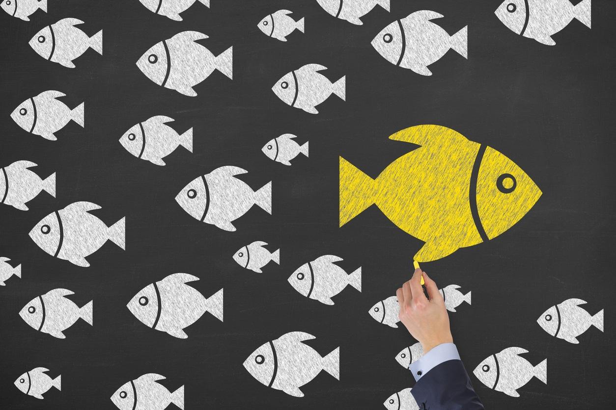 Gelber Fisch schwimmt gegen Strom