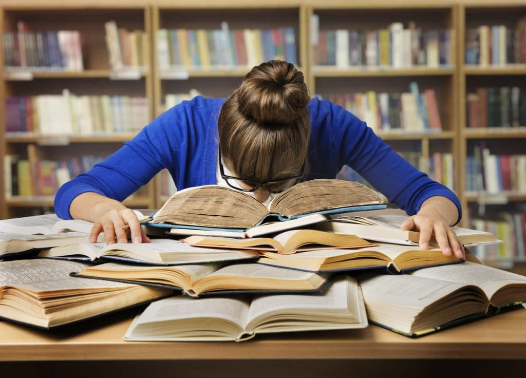 Studienabbrecher Studentin verzweifelt über Büchern