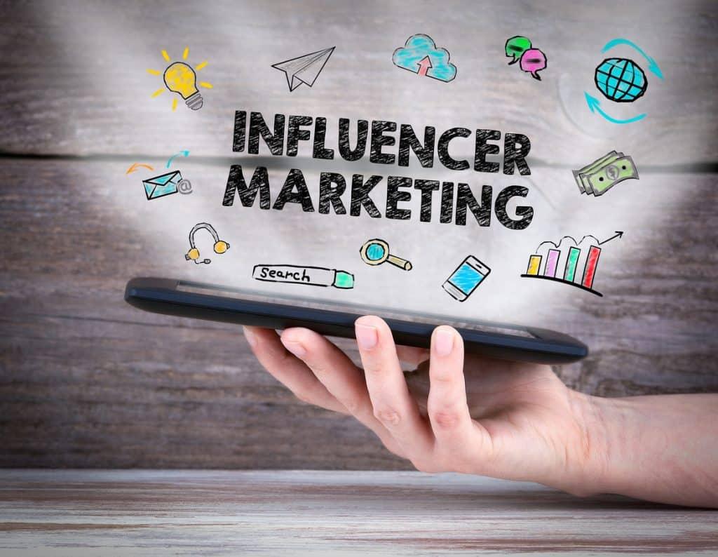 Text Influencer Marketing erscheint über Smartphone