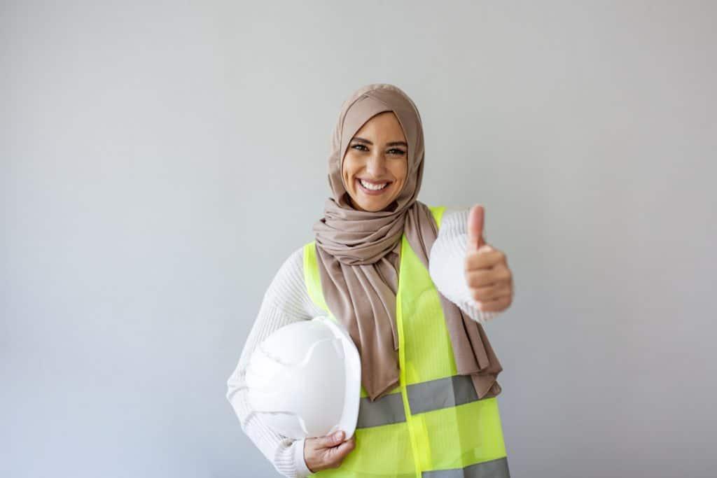 Frau mit Kopftuch in Arbeitskleidung