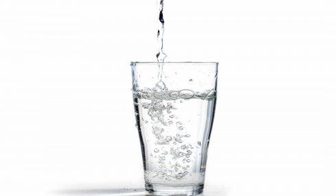 Wasser trinken im Büro