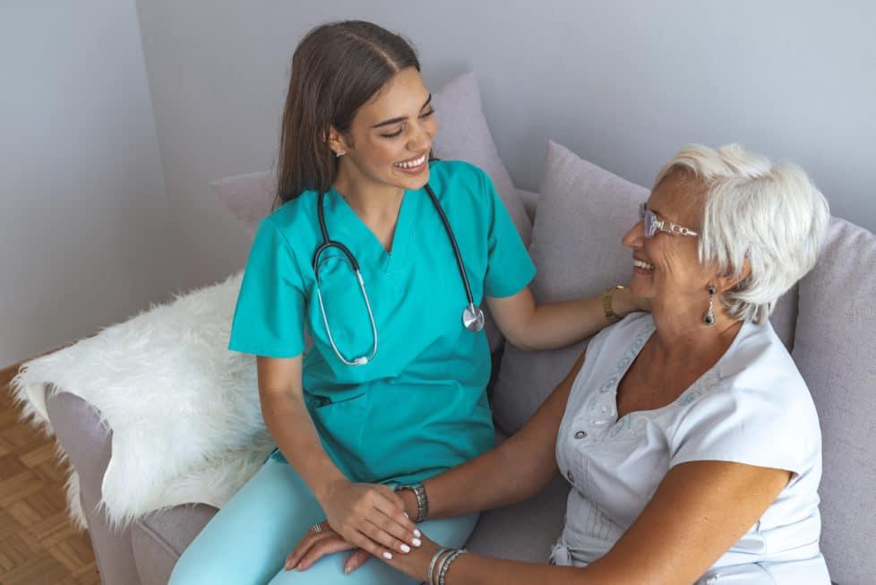 Pflegepersonal besucht Patientin