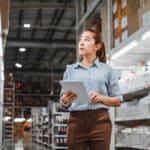 Fachkraft für Lagerlogistik prüft Warenbestand