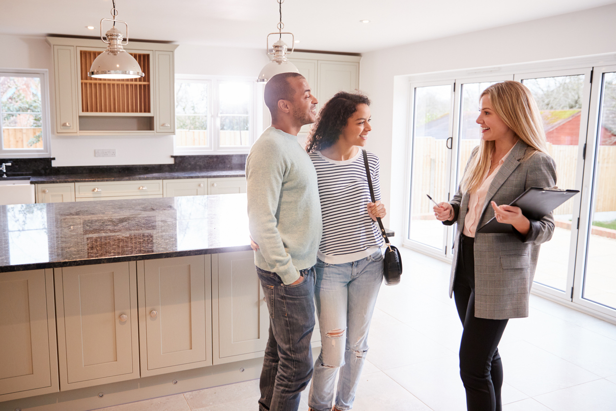 Immobilienkauffrau mit Interessenten