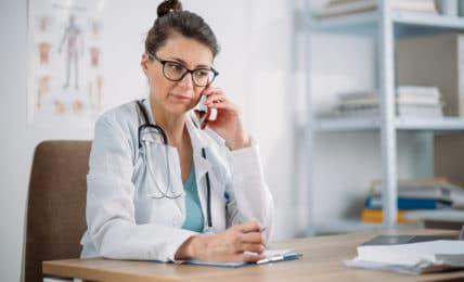 Ärztin am Telefon