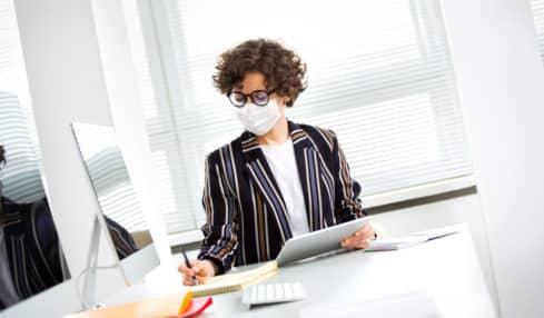 Maske am Arbeitsplatz